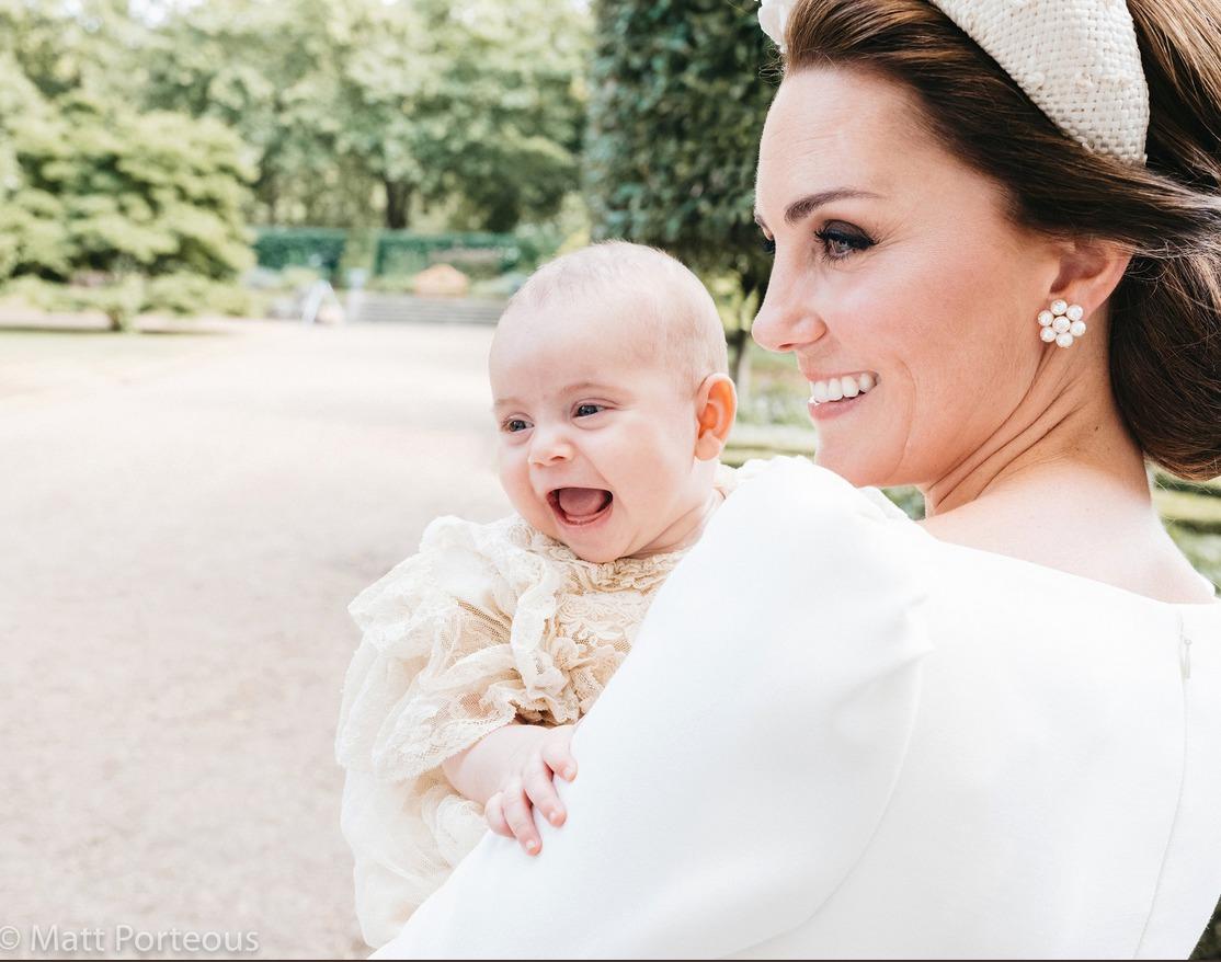 Vévodkyně Kate s řehtajícím se princem Louisem na jeho křtinách.