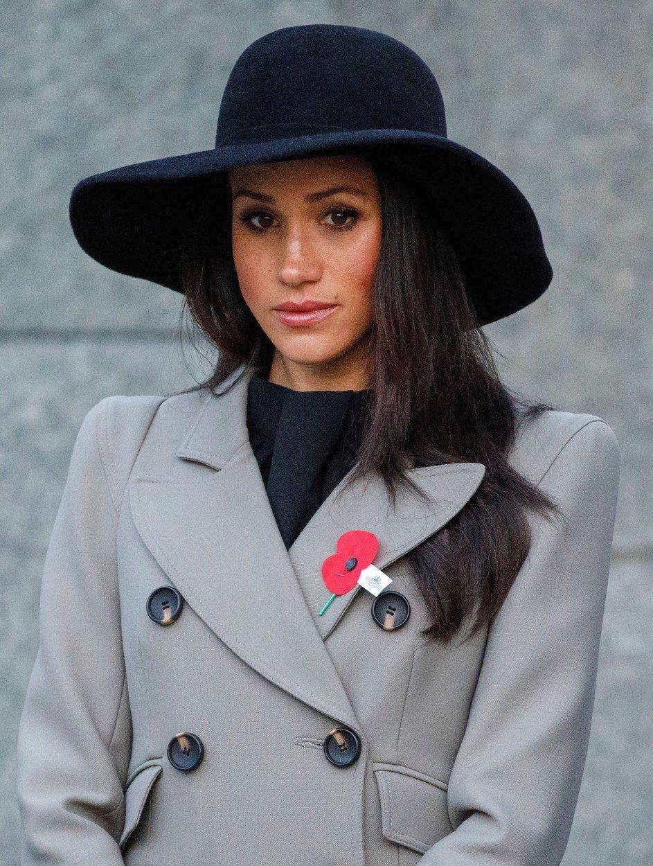 2018 - Meghan si také vzala černý klobouk a makovou brož k příležitosti uctění památky  vojáků padlých ve válce.
