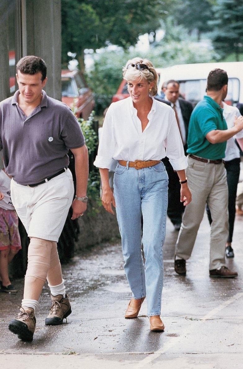 1997 - Na cestě do Bosny a Hercegoviny v jednoduchých džínách a bílé košili.