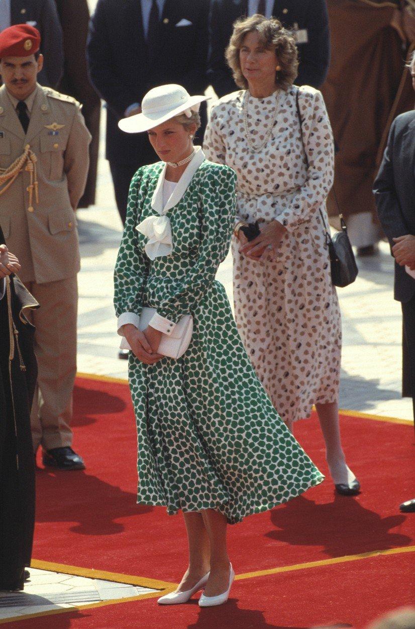 1986 - Diana v šatech od Catherine Walker v Saudské Arábii.