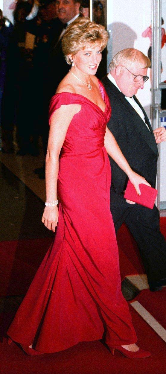 1990 - Dianiným nejoblíbenějším návrhářem byl Victor Edelstein. Tyto červené šaty na sobě měla mnohokrát.