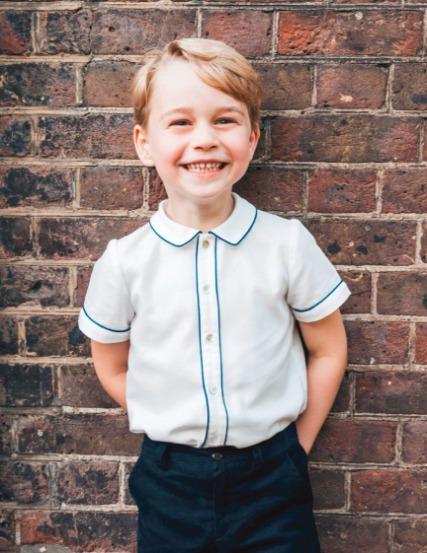 Oficiální narozeninová fotka prince George, který slavil páté narozeniny.