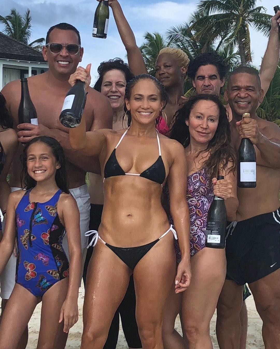 J-Lo si to na Bahamách s rodinkou a kamarády užila.