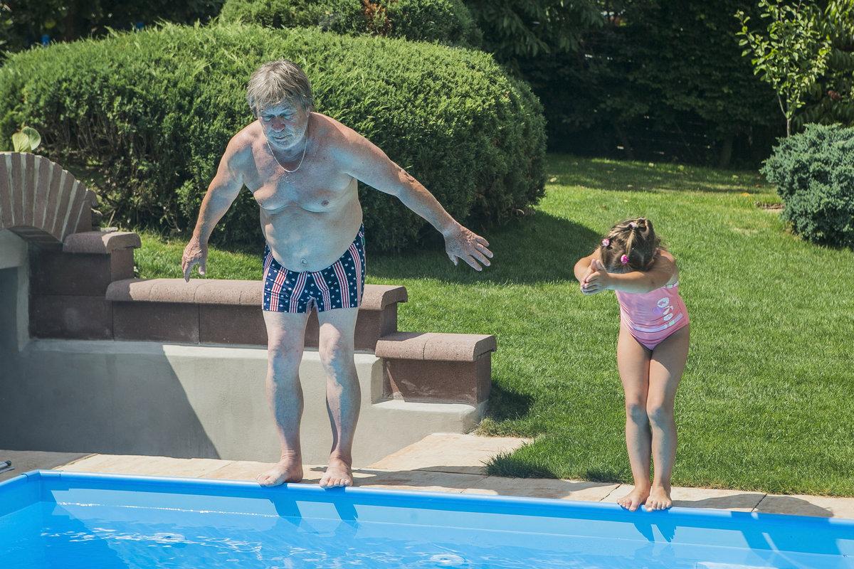 Roman Skamene skáče s vnučkou do bazénu