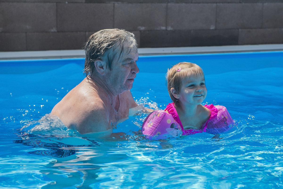 Roman Skamene plave s vnučkou v bazénu