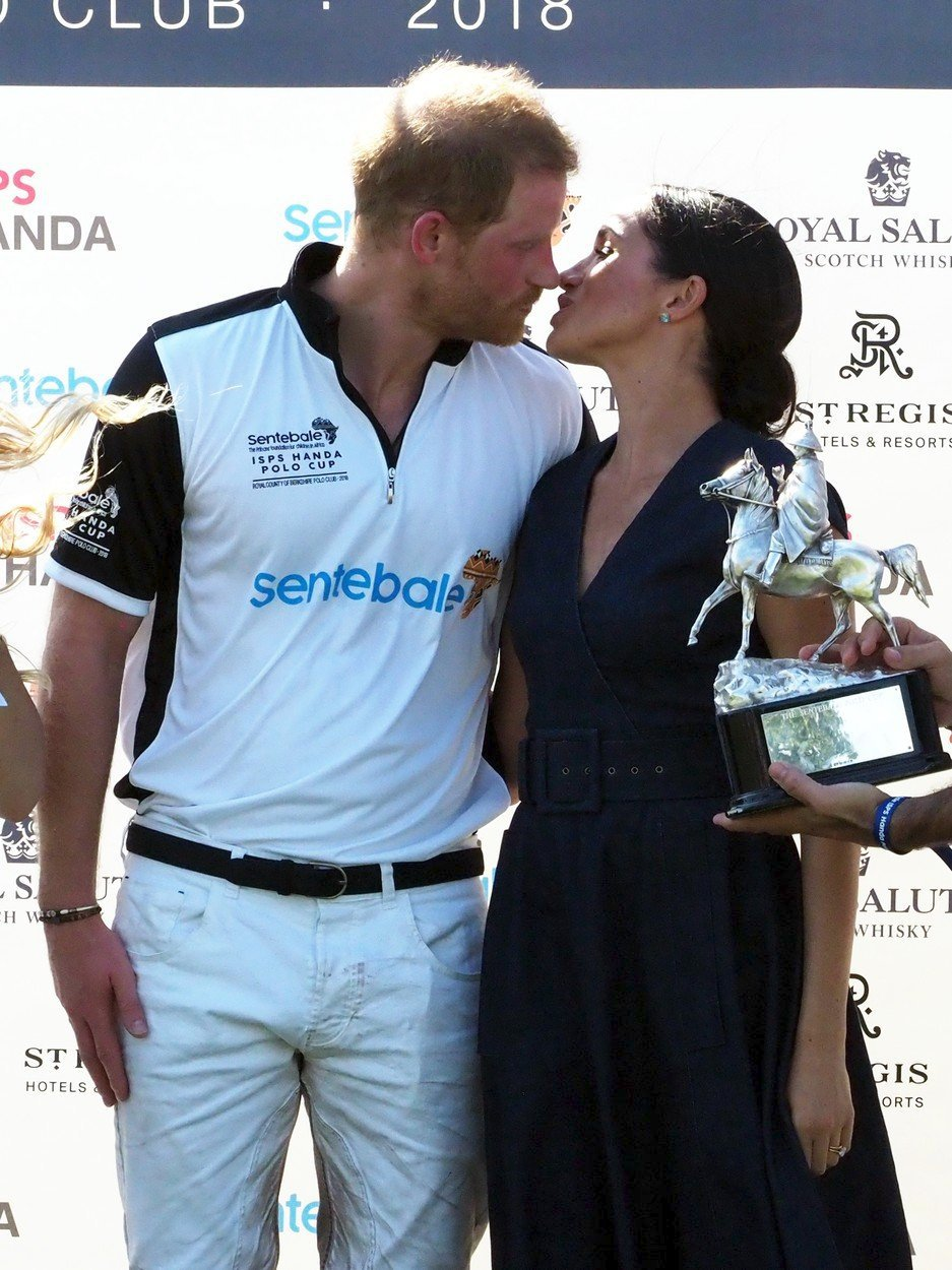 Princ Harry a vévodkyně Meghan se políbili