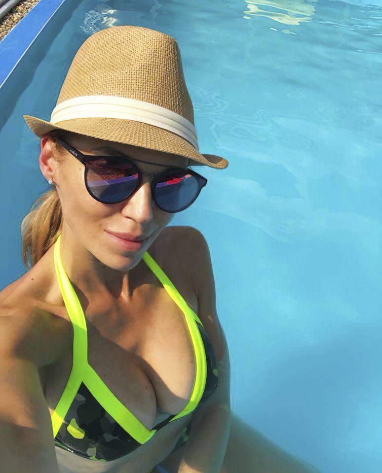 Hana Mašlíková Reinders u bazénu