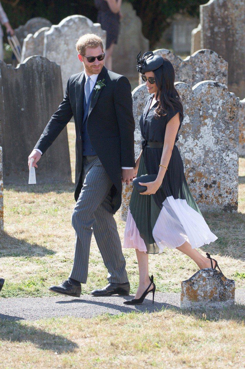 Meghan a Harry na svatbě přátel.