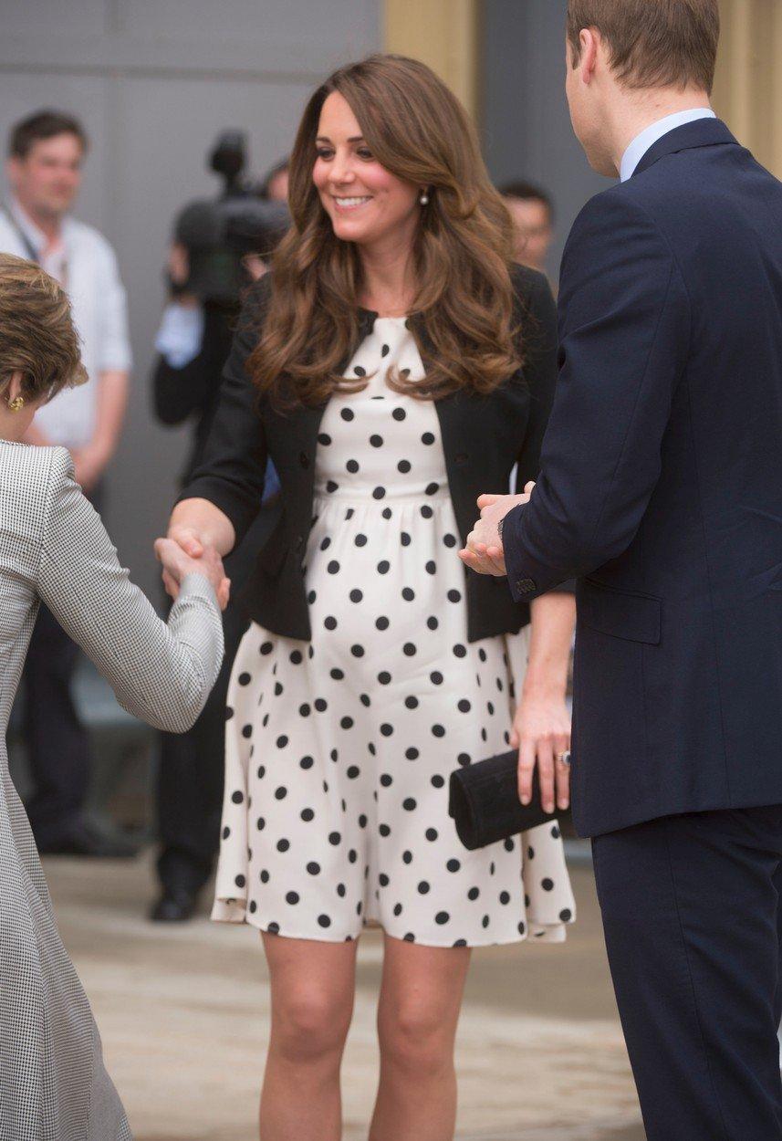 Vévodkyně Kate v šatech z TopShopu v roce 2013