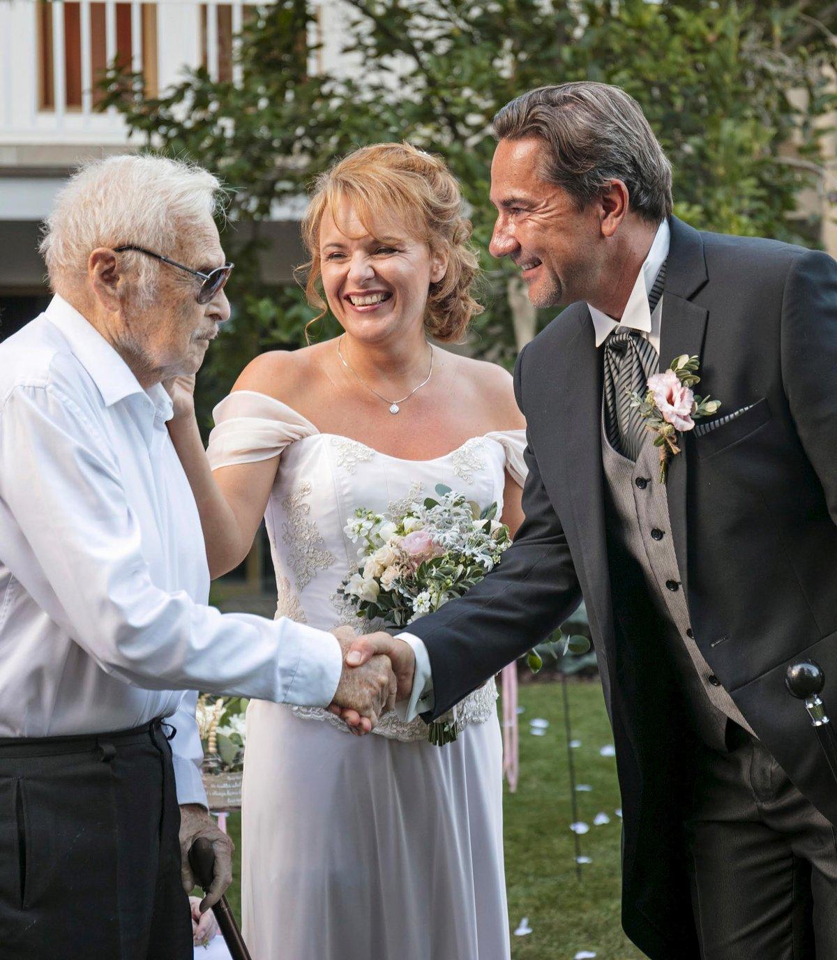 Luďek Munzar gratuluje ženichovi, zatímco Bára hladí po tváři svého tátu.