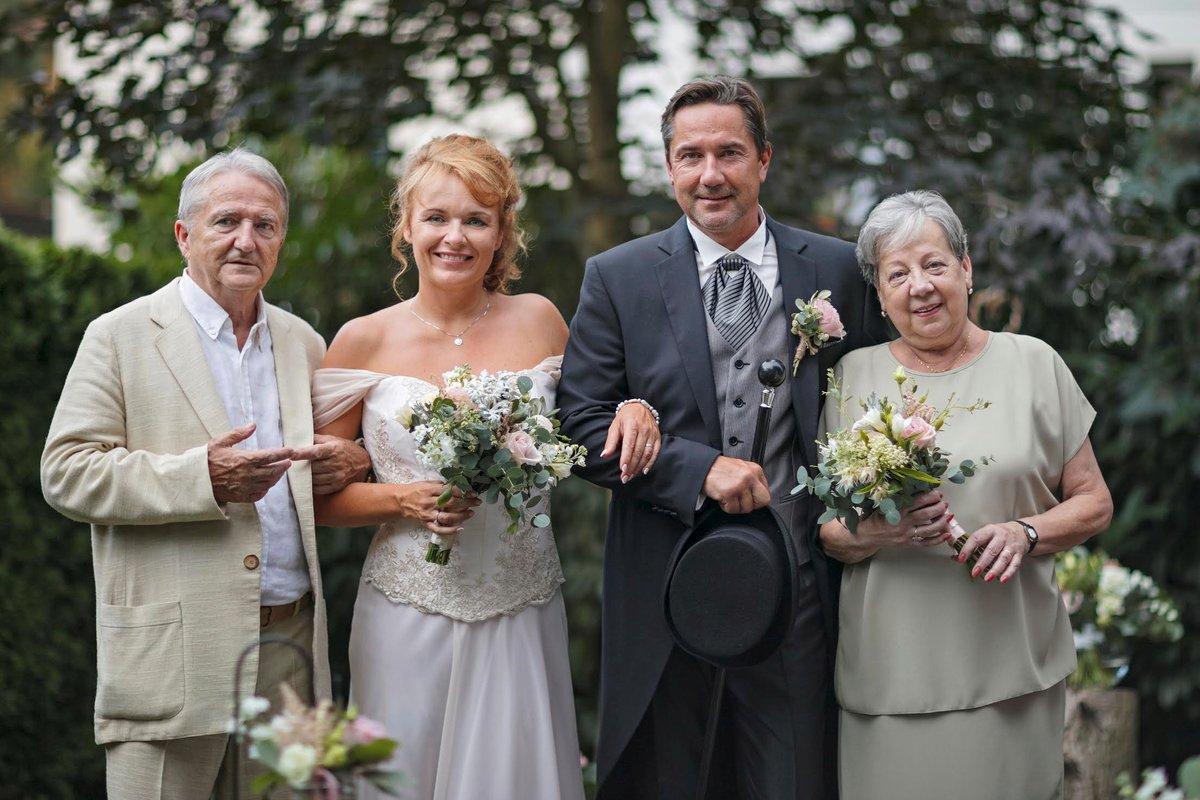 Novomanželé s Martinovými rodiči.