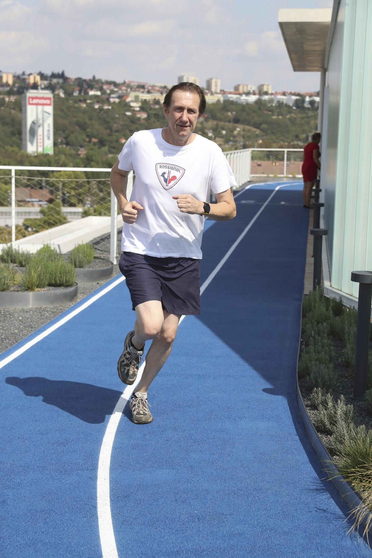 Herec otestoval běžeckou dráhu na střeše budoucí moderní polikliniky.