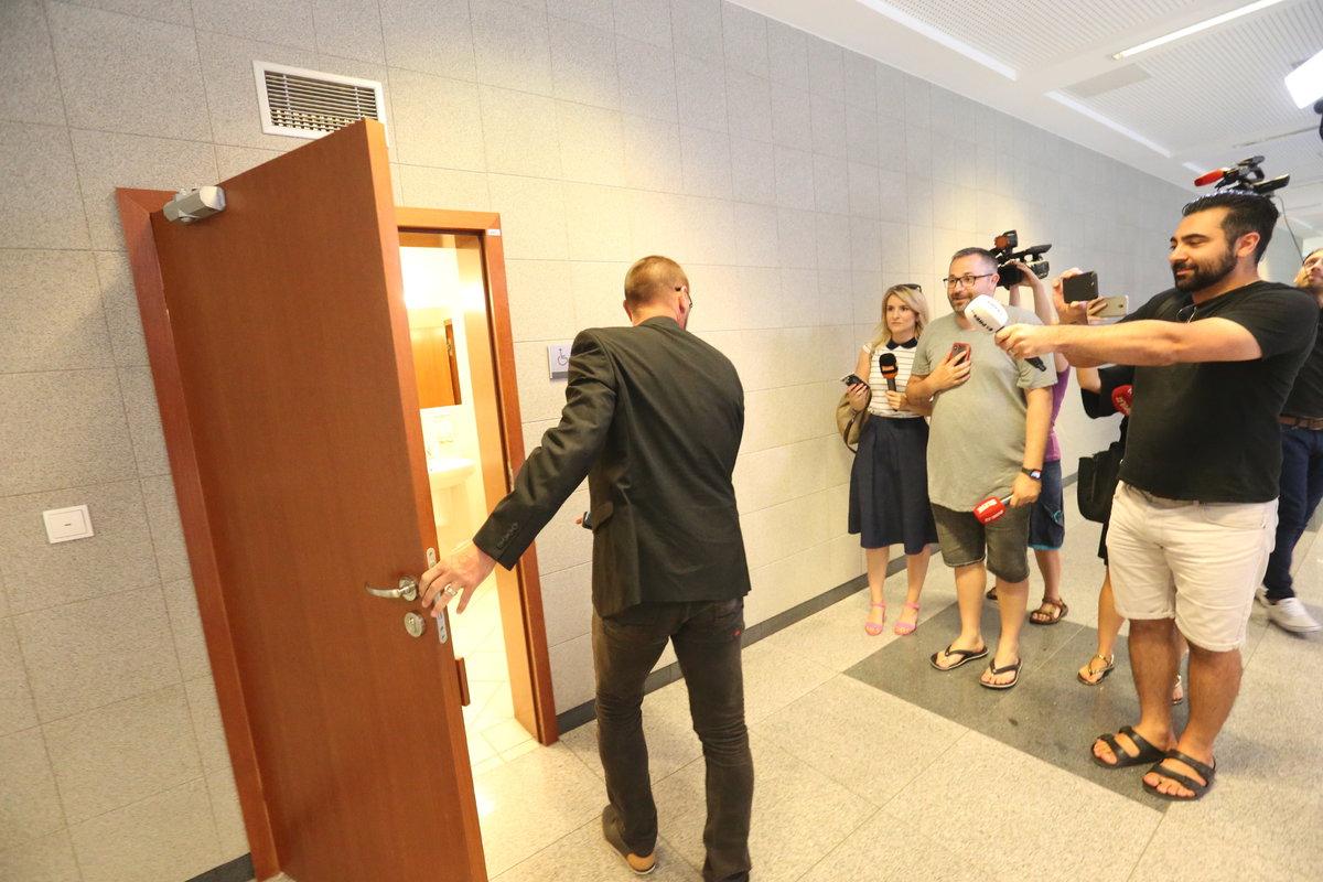 Tomáš Řepka prchá před novináři
