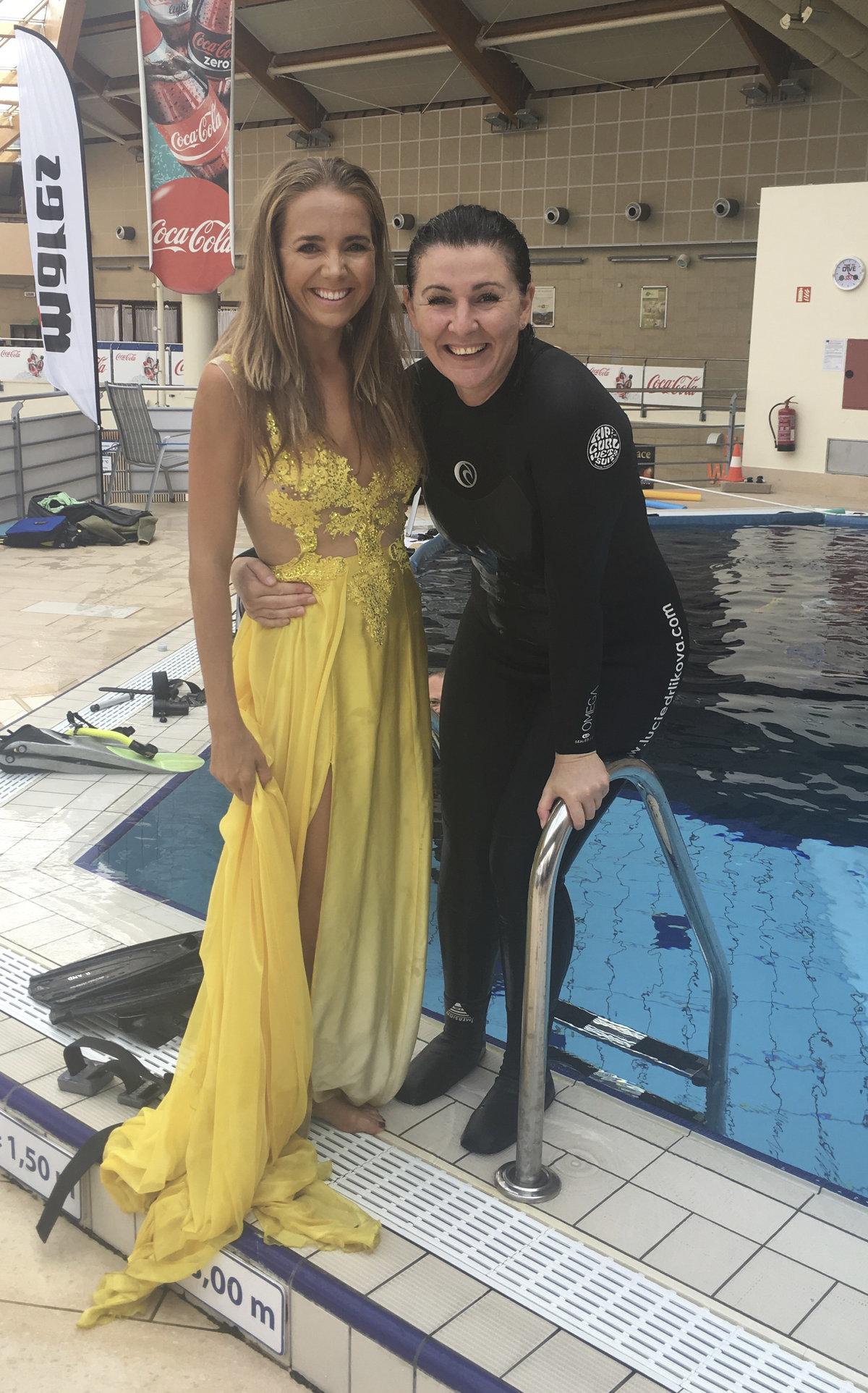 Lucie Vondráčková fotila v krásných šatech u bazénu.