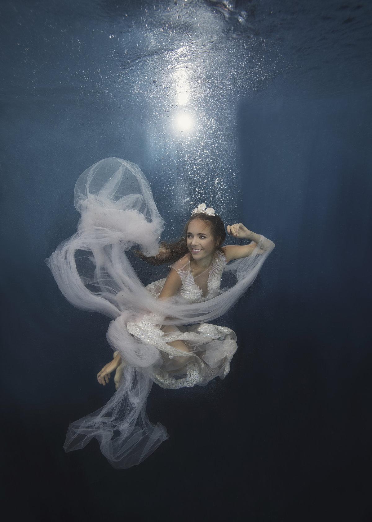 Lucie Vondráčková pod vodou nafotila charitativní kalendář.