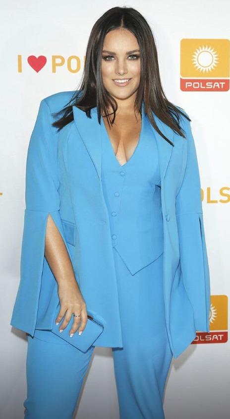 Ewa Farna v modrém kalhotovém kostýmku
