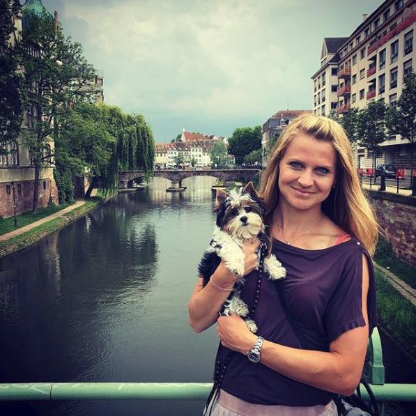 Lucie Šafářová s Rockym na procházce při turnaji ve Štrasburku