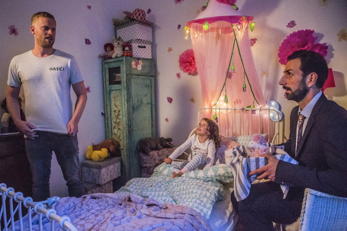 Jakub Prachař a Petr Vaněk v seriálu Tátové na tahu vychovávají společně holčičku