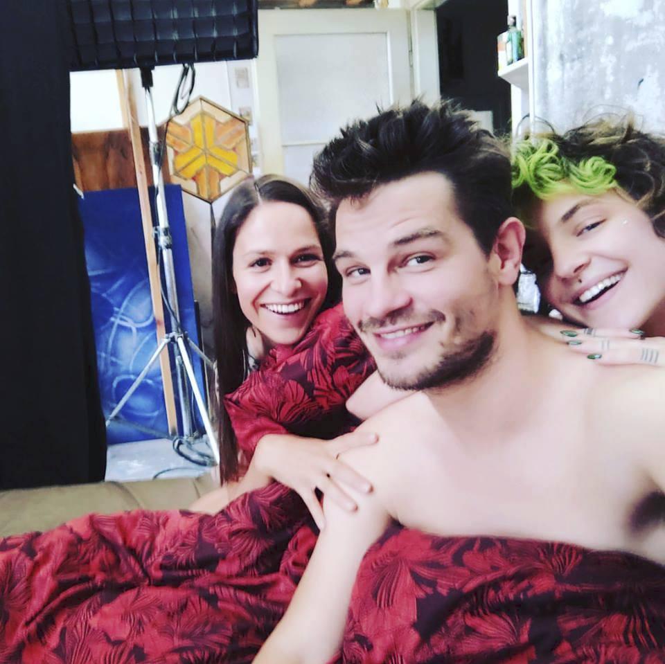 David Kraus v posteli s make-up umělkyní Kateřinou Mlejnkovou a Veronikou Kubařovou.