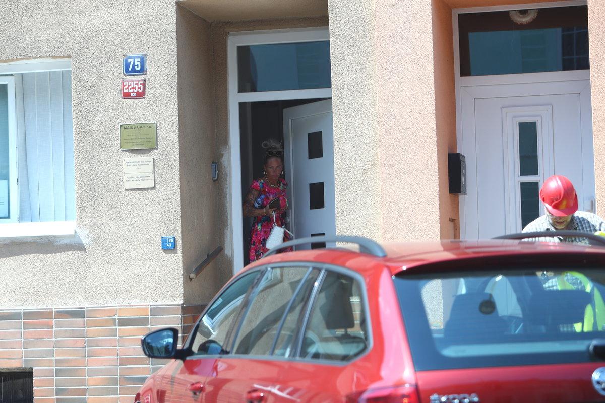 Fotografové Blesku přistihli Marii na začátku srpna, kdy už měl být její vztah s Vladimírem v troskách, jak vychází z domu, kde mají ordinaci lékaři.