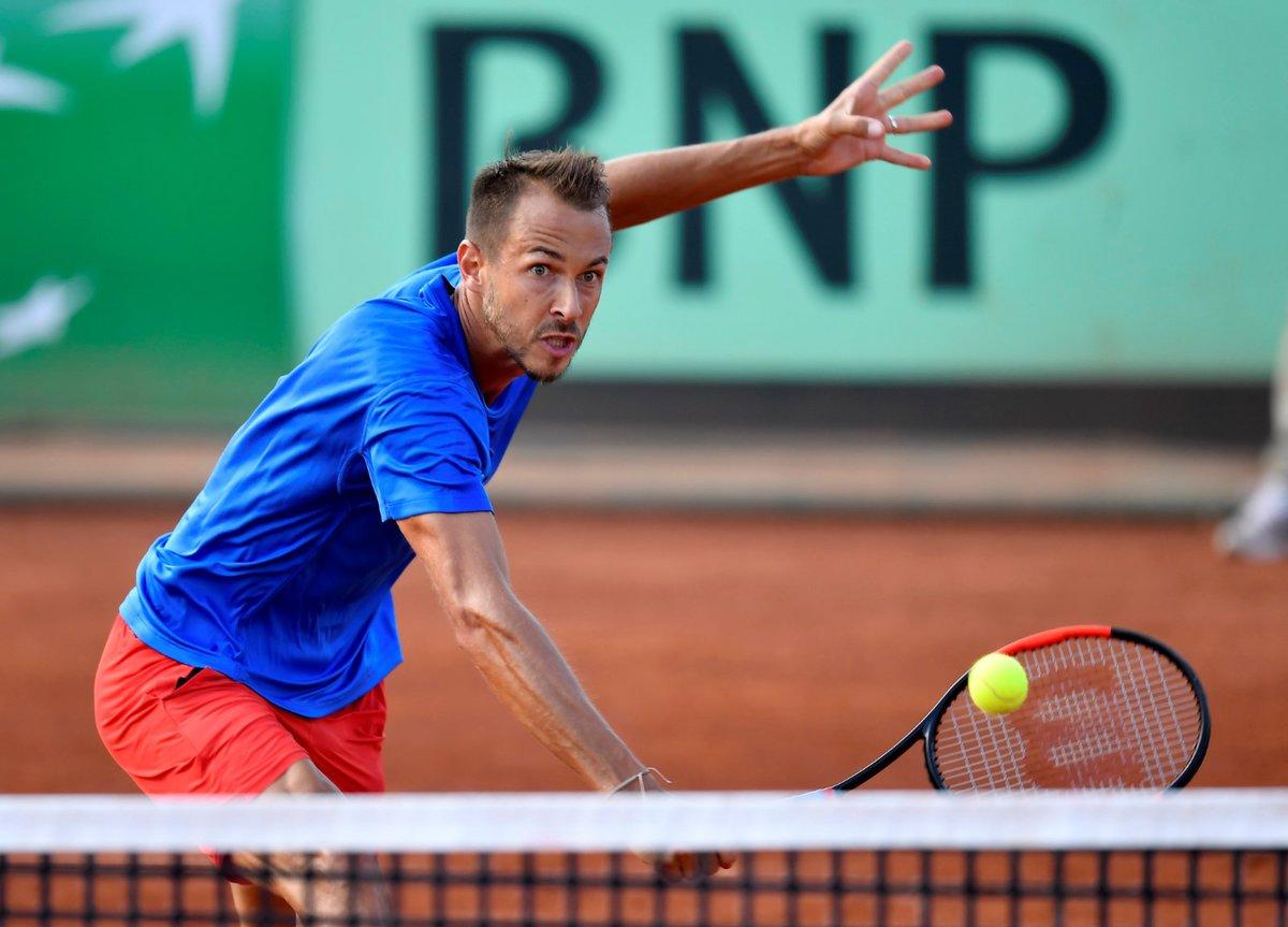Český tenista Lukáš Rosol v důležitém duelu s Maďarem Zsomborem Pirosem