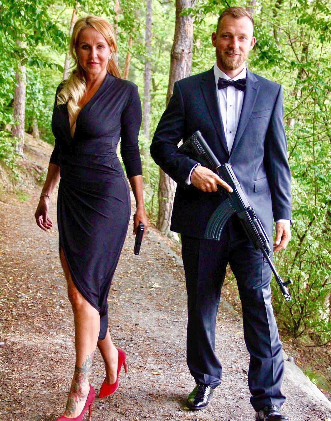 Vendula a Josef Pizingerovi jako Bonnie a Clyde s pistolemi