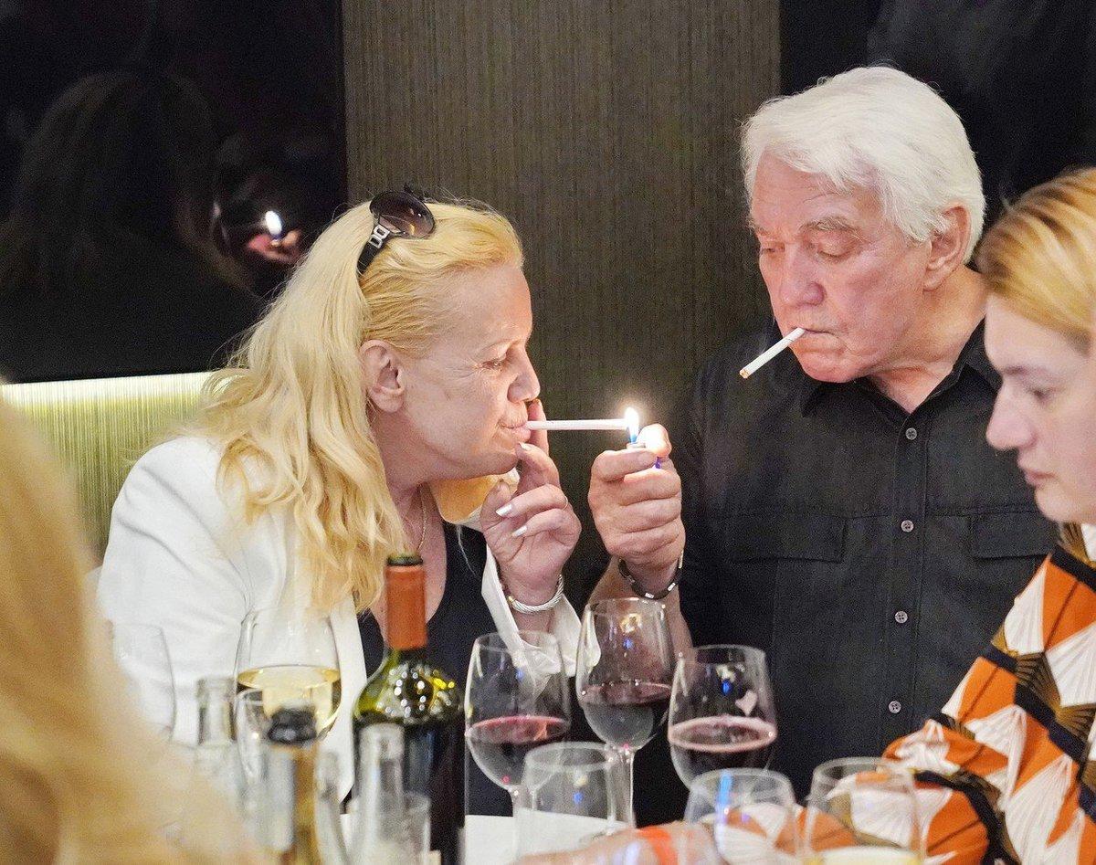 Oslava na křtu knihy Jiřího Krampola - manželé si vychutnávali cigaretu.