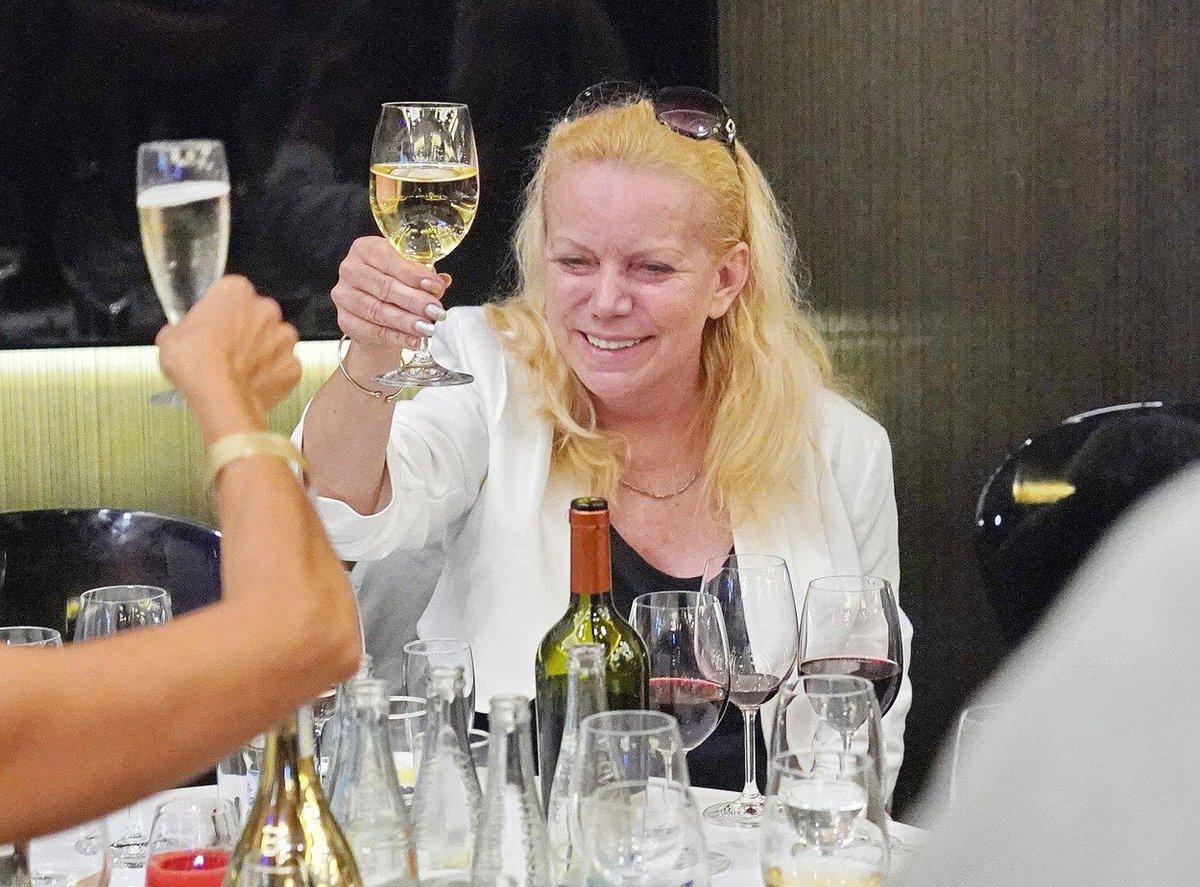 Oslava na křtu knihy Jiřího Krampola - jeho žena Hanka Krampolová se veselila s vínem.