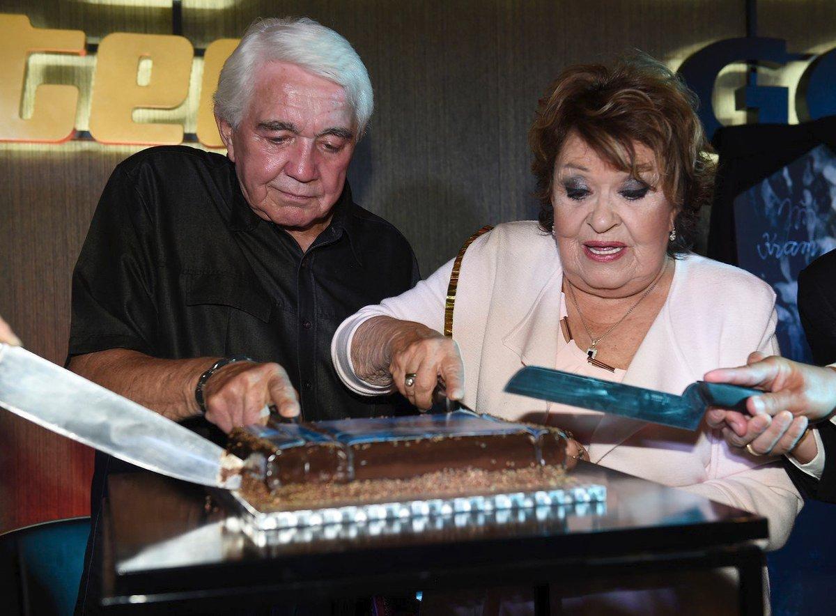 Jiřina Bohdalová se s Jiřím Krampolem vrhla na krájení dortu.