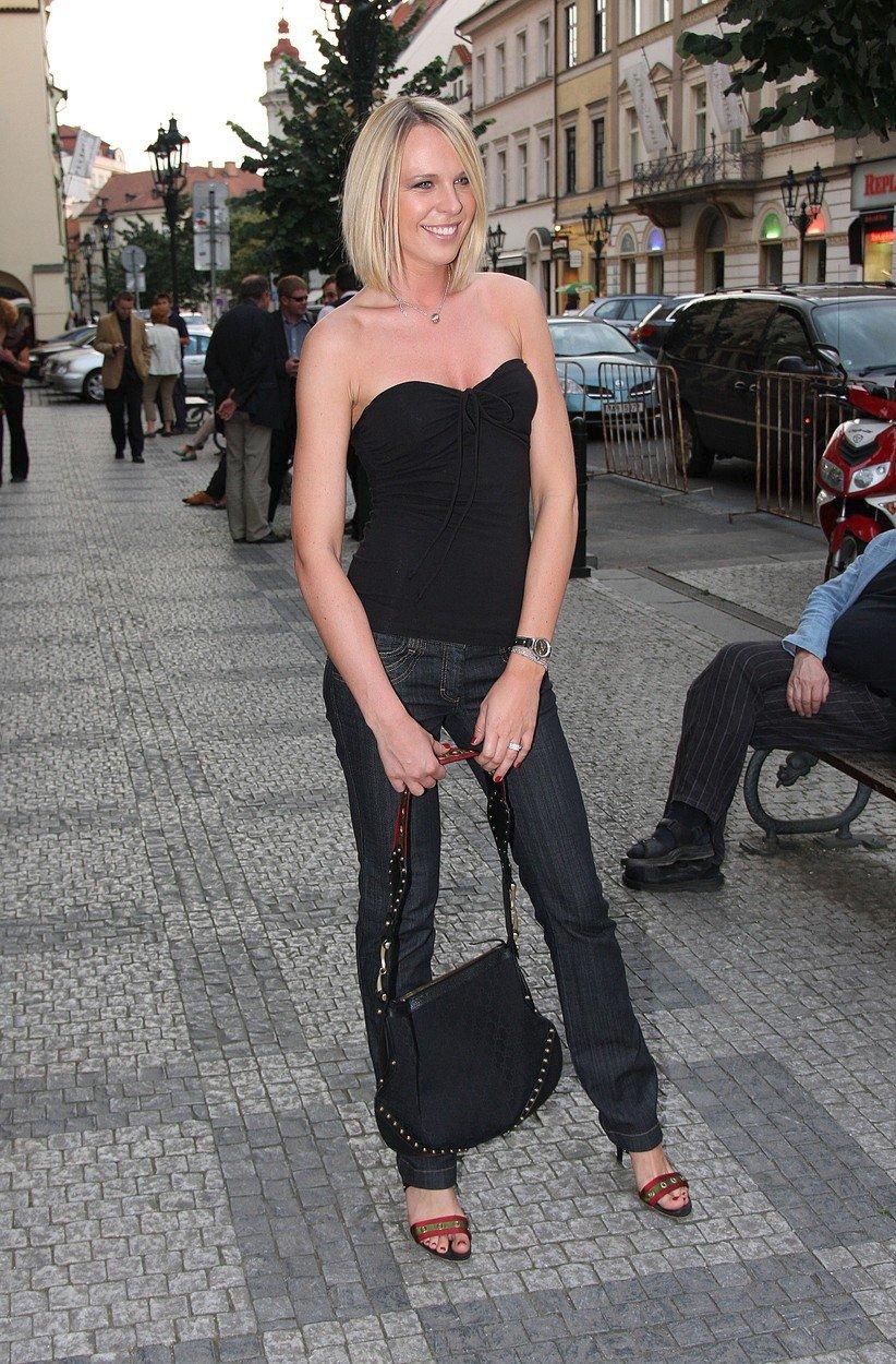 2008 - Dražba fotek Simony Krainové.