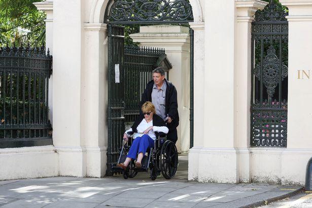 Do Kensingtonského paláce se sestra dobývala před objektivem bulvárního fotografa.