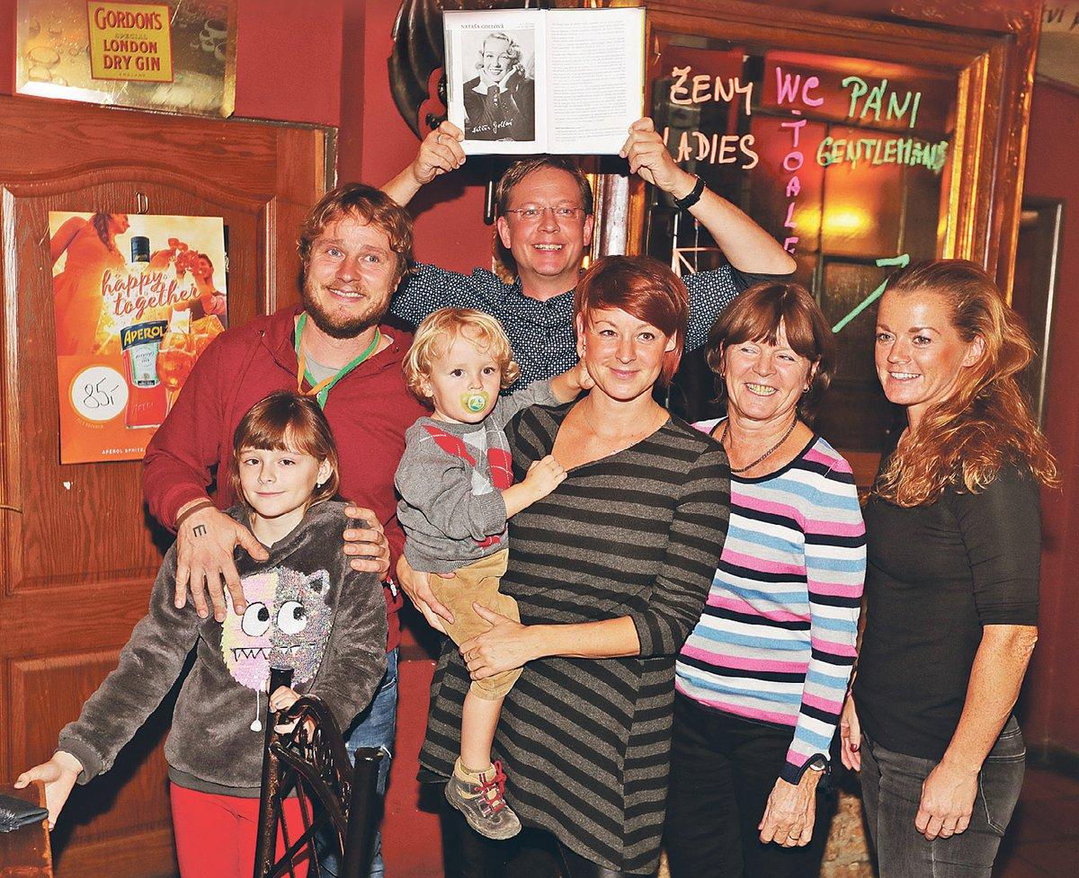 Do rodiny Nataši Gollové se přiženil i Honza Homola (43) z kapely Wohnout. Na fotce zleva prapraneteř Rozárka (9), praprasynovec Mikuláš (2), praneteř Johana (39), neteř Kateřina (69), praneteř Tereza (31)