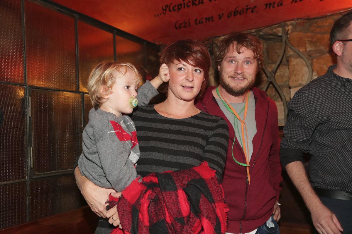 Praneteř Nataši Gollové Johana s manželem Honzou Homolou a malým Mikulášem.