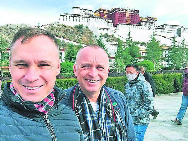 2016 Svůj vztah si nechali posvětit během společné dovolené v Tibetu.