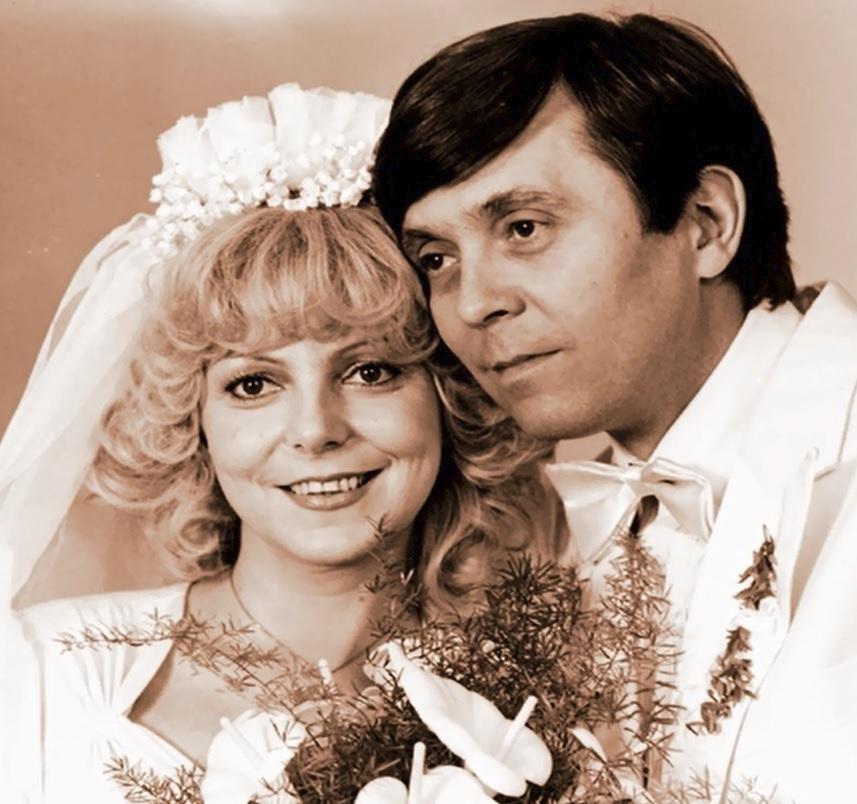 """1980 Do svatebních šatů se oblékla při natáčení filmu Trhák. Jejím ženichem tu byl Josef Abrhám. """"Natáčení byla velká legrace! Tehdy jsem dostala nabídku od pana režiséra Zdeňka Podskalského, kterého jsem měla strašně ráda. Bylo nádherné poslouchat, co nám vyprávěl, byla to osobnost,"""" zavzpomínala. Jako představitelka filmové učitelky Elišky také dostala pozvání na říjnovou premiéru do Divadla Broadway, kde se právě chystá stejnojmenný muzikál."""