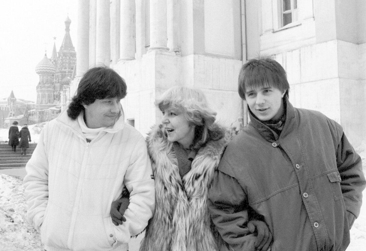 1985 Ještě svobodná Hanka na turné v Moskvě. Se zpěváky Stanislavem Hložkem a Petrem Kotvaldem.