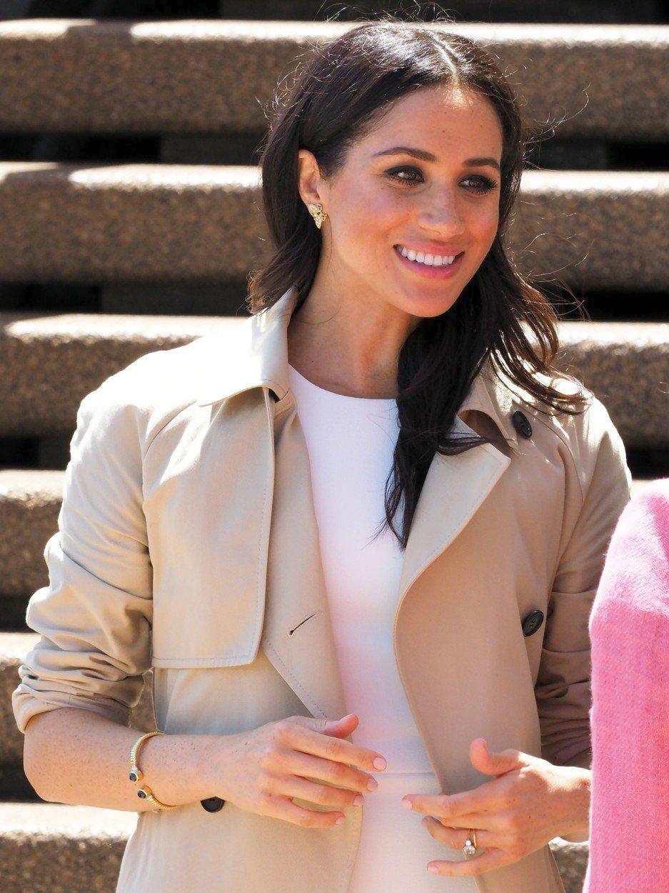 Těhotná vévodkyně Meghan má na sobě šperky po princezně Dianě.