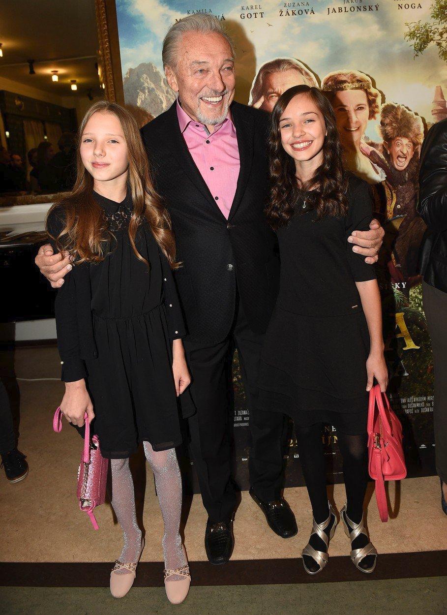 Karel Gott s dcerami Nelly a Charlotte na premiéře pohádky Když draka bolí hlava