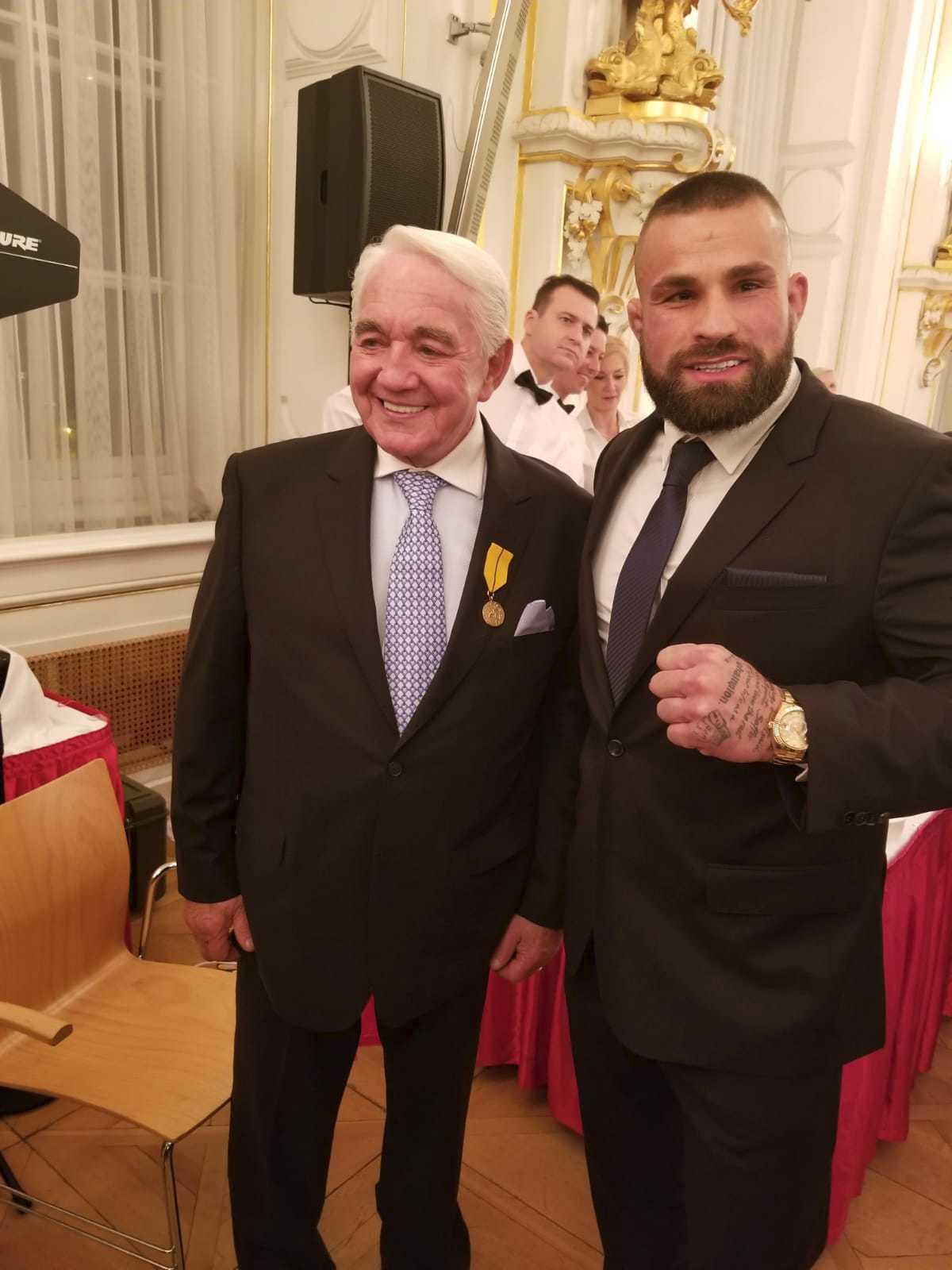 Karlos Vémola se na Hradě setkal i s hercem Jiřím Krampolem, který od prezidenta dostal Medaili Za zásluhy