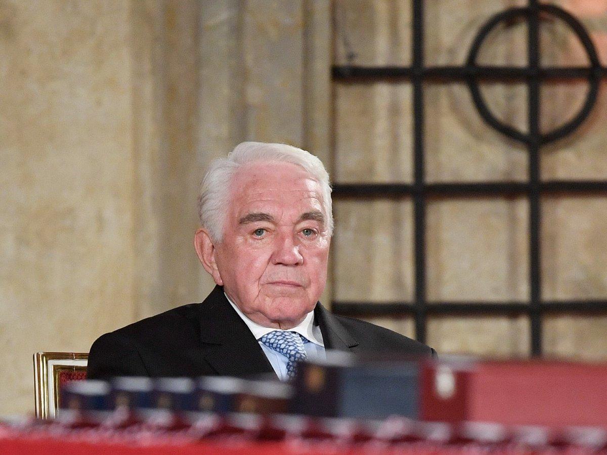 Pro vyznamenání si přišel na Pražský hrad také herec Jiří Krampol (28. 10. 2018)