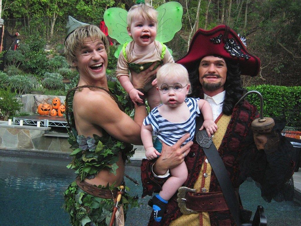 Neil Patrick Harris s manželem a jejich dvěma dětmi (2011)