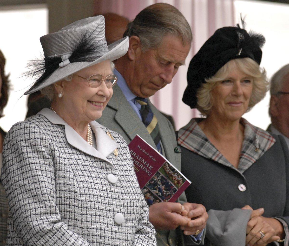 Královna Alžběta II. se svým synem princem Charlesem a jeho ženou vévodkyní Camillou.