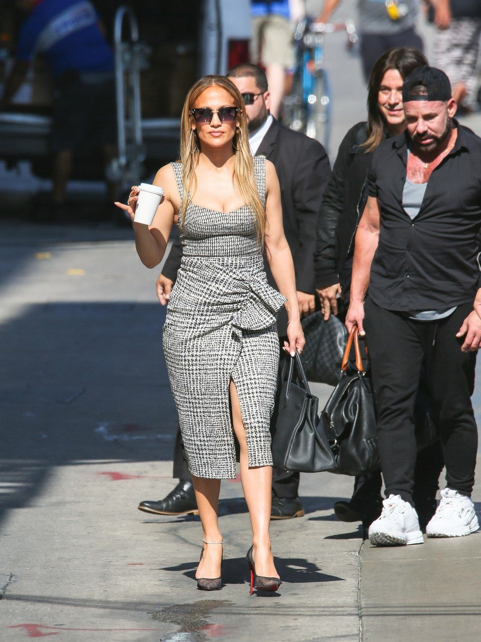 2018 - Jennifer jde na natáčení živí televizní show.