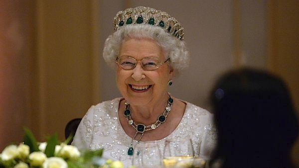 Královna Alžběta II. s korunkou se smaragdy.