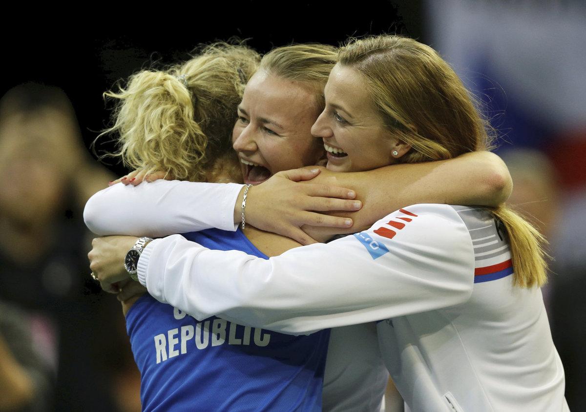 Petra Kvitová a Barbora Krejčíková objímají Kateřinu Siniakovou po jejím brutálním boji se Sofií Keninovou
