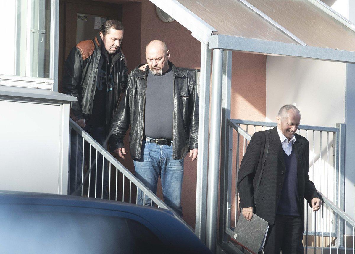 Jiří Pomeje míří s kamarádem Pavlem Páskem a svým otcem Jiřím Pomeje starším na vyšetření.
