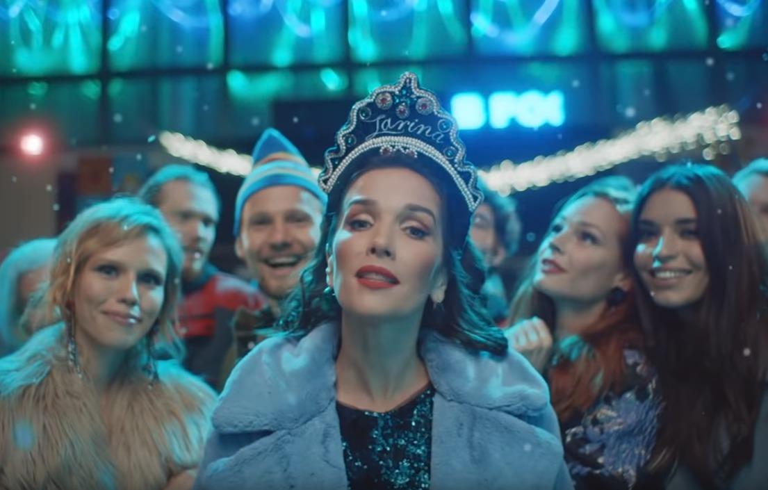 Natalie vypadá v tradiční ruské čelence jako postava z legendární pohádky.