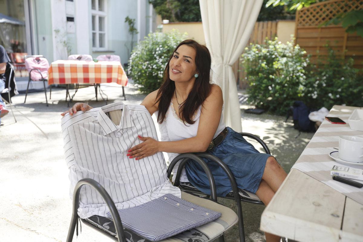 Místo potahů dala na židle košile svého přítele a chlapů z rodiny.