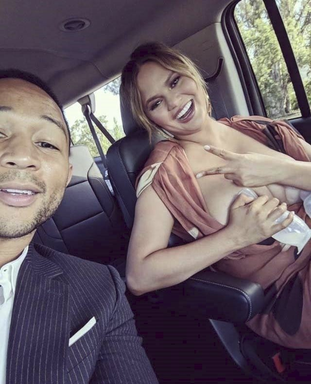 Chrissy Teigen, její manžel John Legend a odsávačka mléka v hlavní roli
