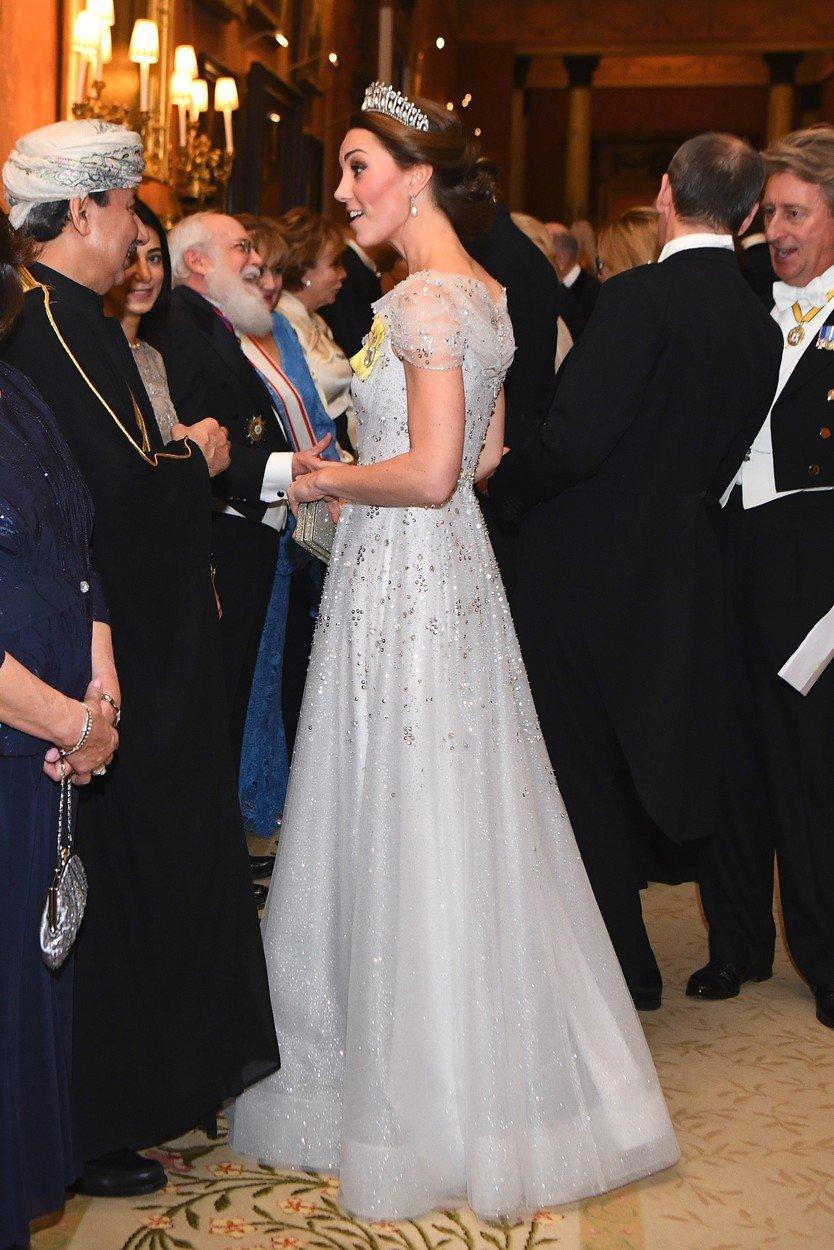 Vévodkyně Kate na diplomatické recepci v Buckinghamském paláci.